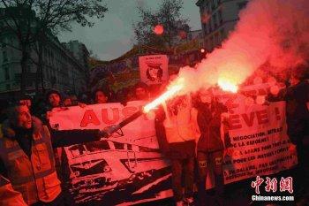 法国数十万人游行抗议退休制度改革方案